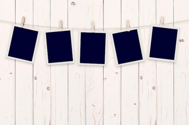 Vijf onmiddellijke foto op houten achtergrond