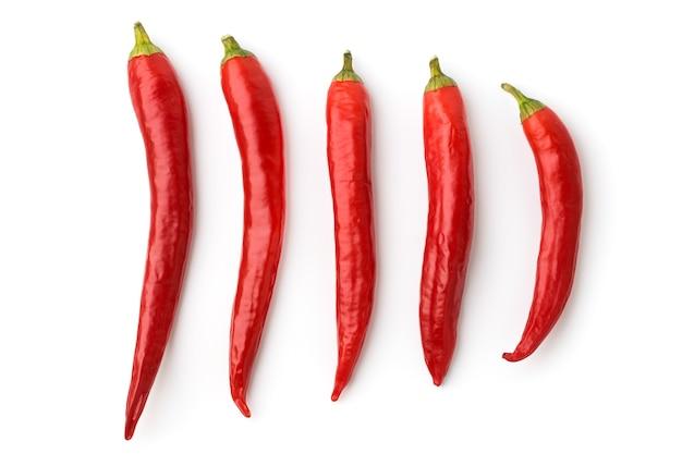 Vijf rode chilipepers op wit, geïsoleerd. bovenaanzicht.
