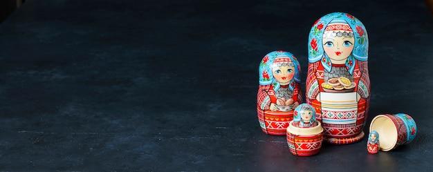 Vijf rode matryoshka. traditioneel russisch speelgoed