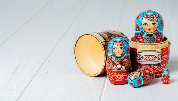 Vijf rode matryoshka. traditionele russische speelgoed.