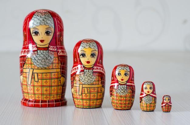 Vijf rode matryoshka