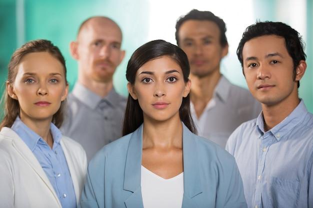 Vijf succesvolle serious confident business people