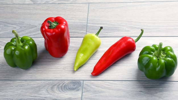 Vijf verschillende soorten peper op een houten plank