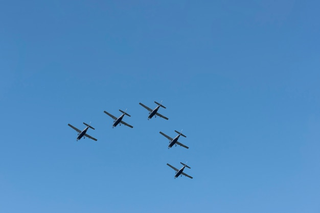 Vijf vliegtuigen vliegen in de lucht
