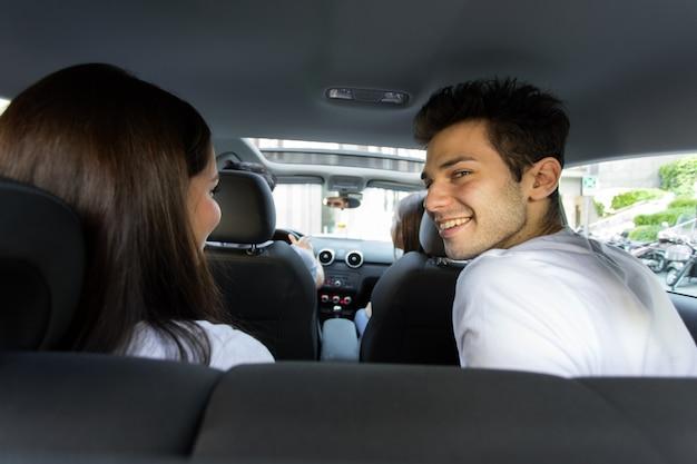 Vijf vrienden die samen op een wegreis in een auto reizen