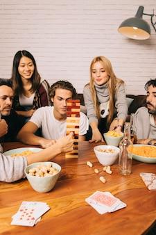 Vijf vrienden die tafelbladspel spelen