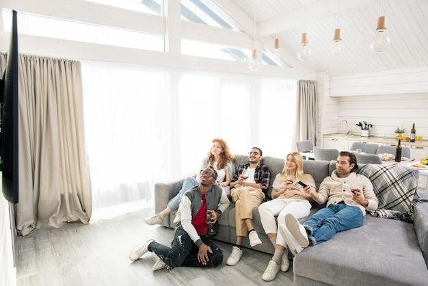 Vijf vrienden die tv kijken