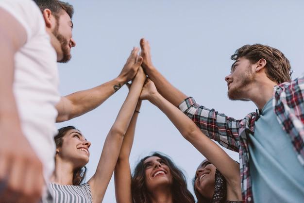 Vijf vrienden klappen handen