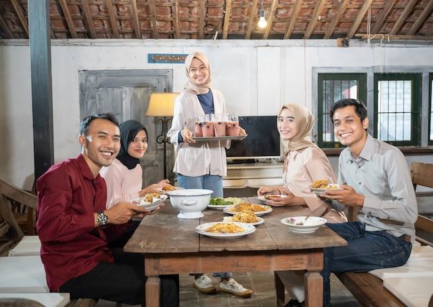 Vijf vrienden komen samen tijdens het vasten in de eetkamer dining