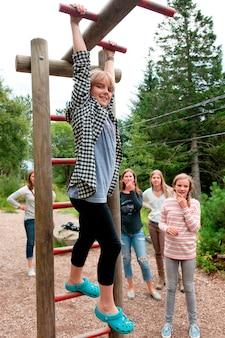 Vijf vrouwelijke vrienden die pret in een park, bergen, noorwegen hebben