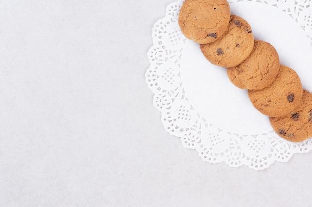 Vijf zoete koekjes op wit oppervlak