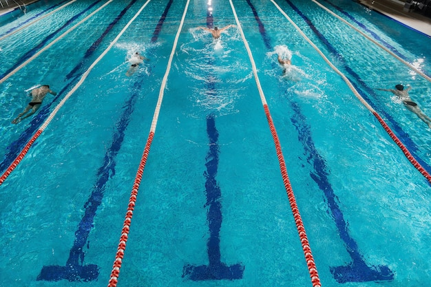 Vijf zwemmers racen tegen elkaar in een zwembad