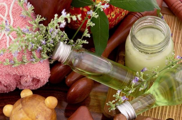 Vijfbladige kuisboom of vitex negundo-bloemen en massageolie van groene bladeren in een fles die op wit wordt geïsoleerd.
