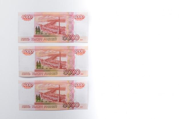 Vijfduizend roebelrekening. russische roebels. een stapel van 5000 russische bankbiljetten close-up. russische papieren valuta.