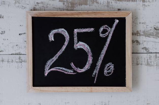 Vijfentwintig procent korting en speciale aanbieding prijsverlaging blackboard met handgeschreven tekst