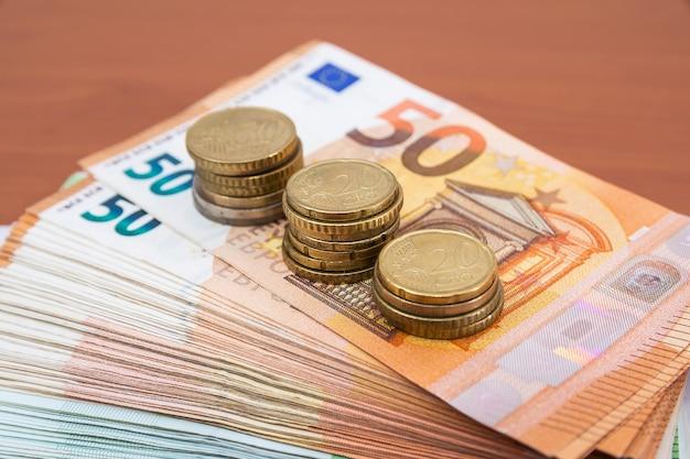Vijftig eurobankbiljetten en -munten. financieel concept.