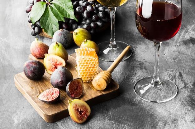 Vijgen, druiven, brood, honing en rode en witte wijn