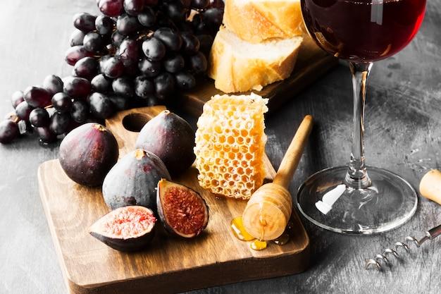 Vijgen, druiven, brood, honing en rode wijn