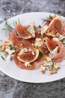 Vijgen met parmaham met blauwe kaas, noten en honing