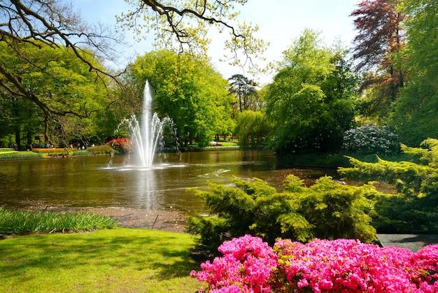 Vijver met fontein in keukenhof, lisse nederland