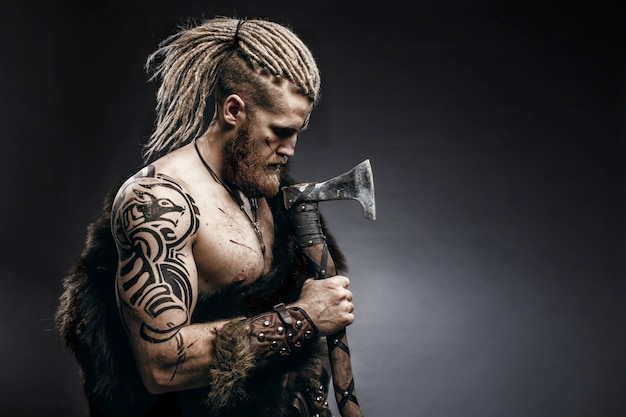 Viking gekleed in de huid van een beer met een bijl