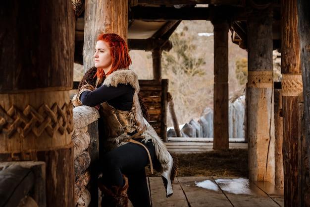 Viking-vrouw in traditionele strijderskleren.