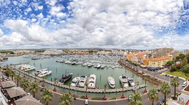 Vilamoura, portugal - 6 juni 2017 - uitzicht op jachten vanuit het hotel tivoli in de zomer op vakantie.