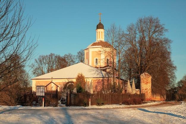 Village vasilyevskoye, rusland - 06 december 2020: orthodoxe kerk van de wederopstanding van het woord leven op de wintertafel van de natuur
