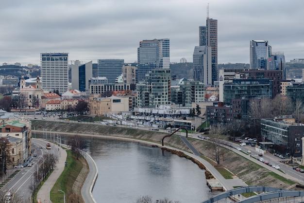 Vilnius, litouwen, stadsstadsmening boven rivier neris, nieuw gebouwd