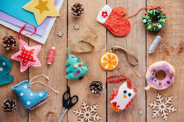 Vilt kerstversieringen voor kerstboom op houten achtergrond