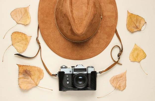 Vilten hoed en film retro camera op beige, plat leggen