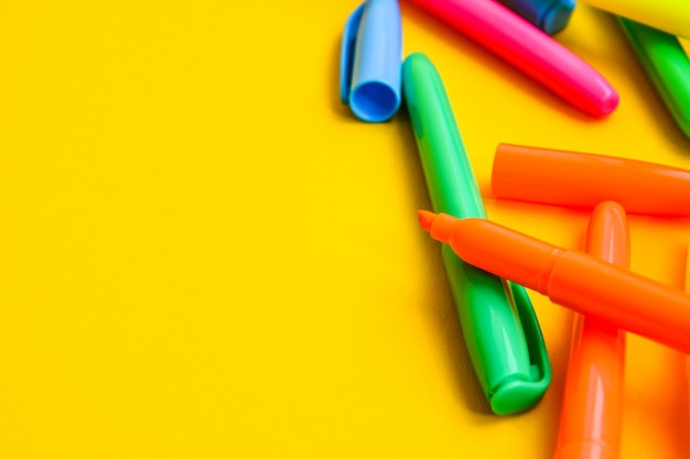Viltstiften op een gele achtergrond met kopie ruimte