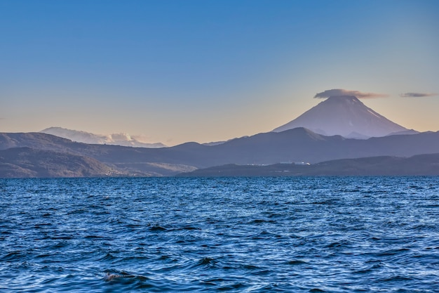 Vilyuchinsky en mutnovsky vulkaan uitzicht vanaf avacha baai kamchatka schiereiland