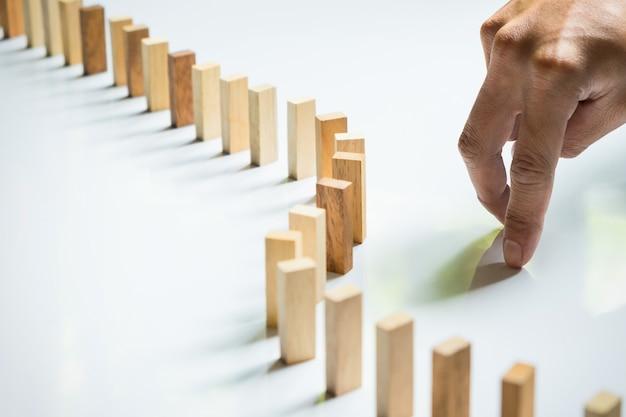 Vinger als een zakenman en een houten blokje, zoals een impasse, stalemate en het oplossen van een probleem.