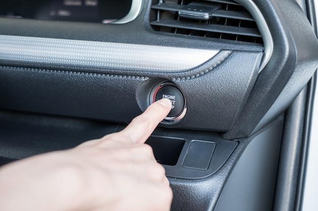 Vinger die de auto van de startmotor op controlebord drukken