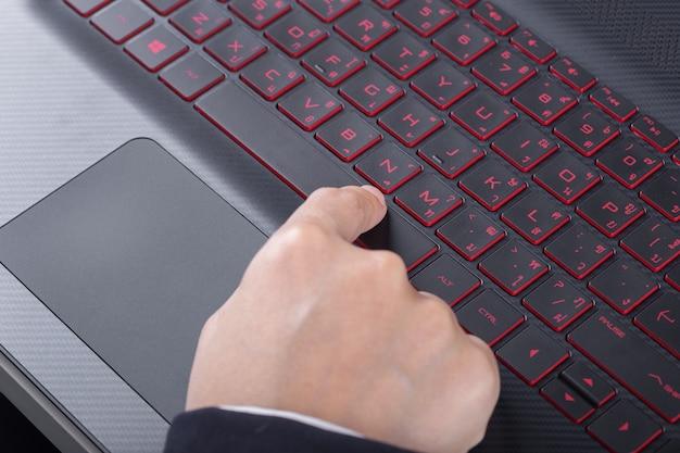 Vinger duwen spatiebalkknop op laptop toetsenbord