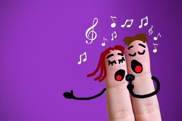 Vingergezichten die samen zingen met muzieknoten