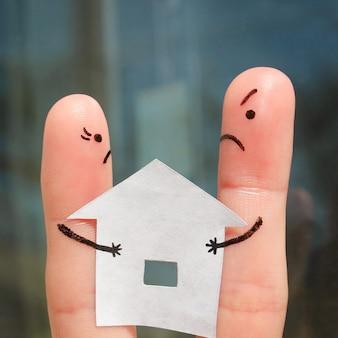 Vingerkunst van familie tijdens ruzie. het concept van man en vrouw kan huis na scheiding niet verdelen.