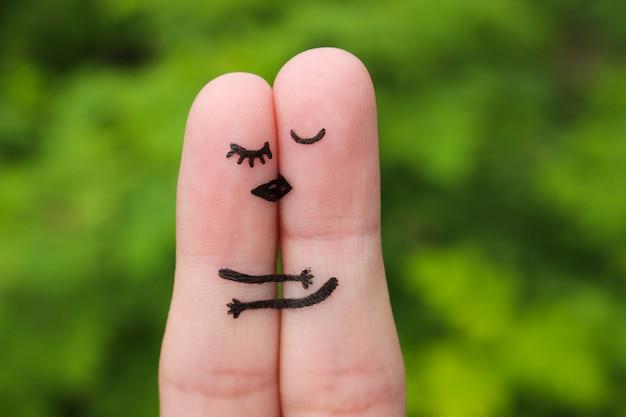 Vingerkunst van gelukkig en paar die kussen koesteren.