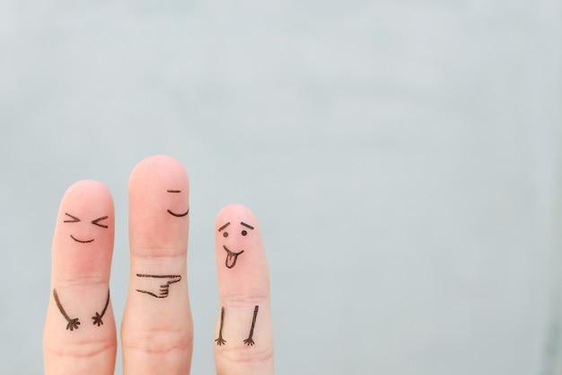Vingers kunst van gelukkige familie. concept kind maakt gezicht en ouders aan het lachen.