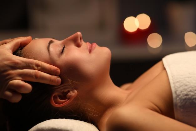 Vingers massage hoofd naar mooi meisje