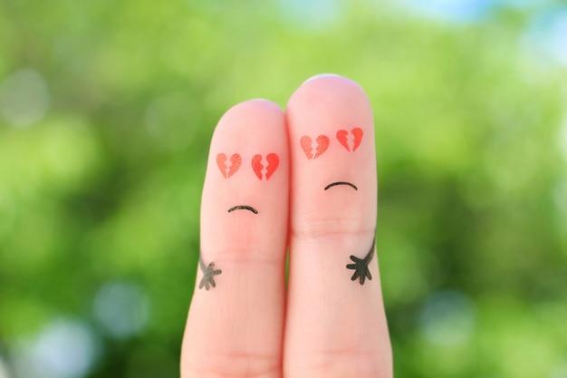 Vingerskunst van droevig paar. man en vrouw knuffelen met gebroken harten in de ogen.