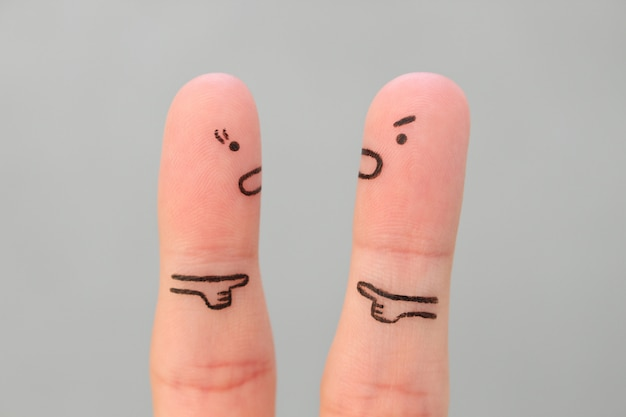 Vingerskunst van familie tijdens ruzie. concept man en vrouw die elkaar de schuld geven.