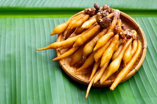 Vingerwortel in bamboemand op bananenblad