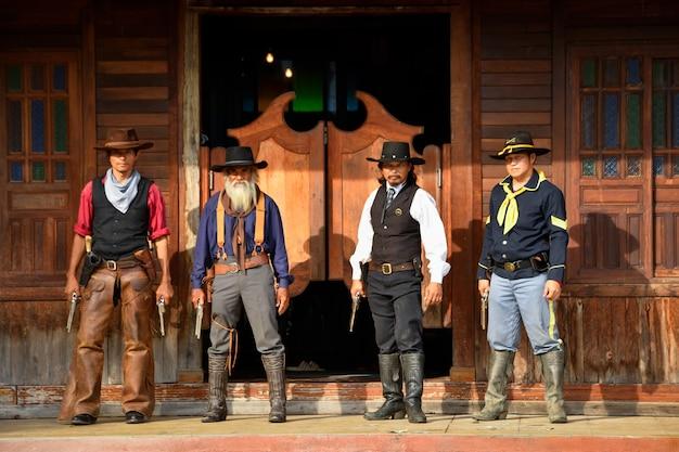 Vintage afbeeldingen van sheriffs en officieren, voorbereid om de dieven te vangen, de bank te beroven en wapens in hun handen te dragen, richten zich op de groep van de sheriff