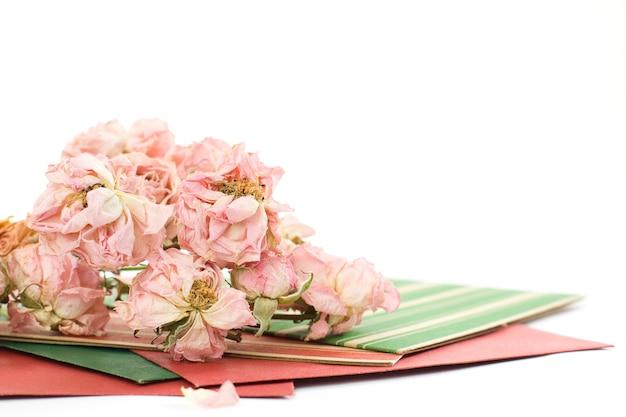 Vintage ansichtkaarten en gedroogde bloemen rozen