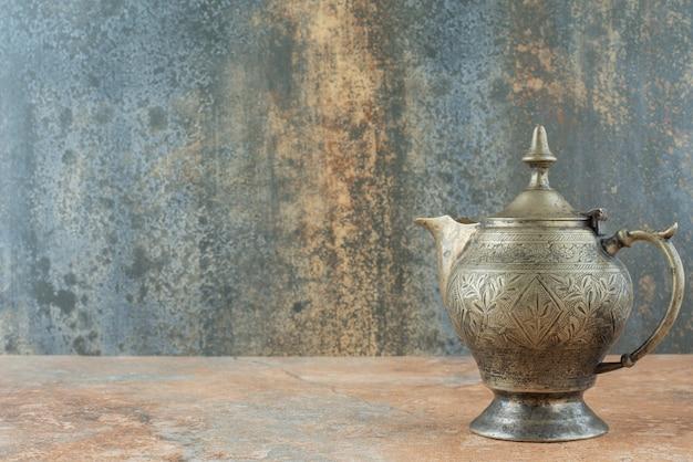 Vintage antieke oude ketel op marmeren achtergrond
