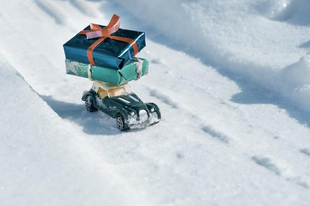 Vintage auto speelgoed met geschenken voor kerstmis