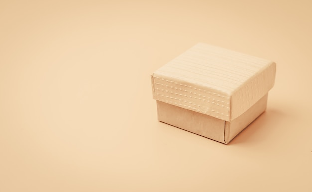 Vintage beige doos op een beige geïsoleerde achtergrond