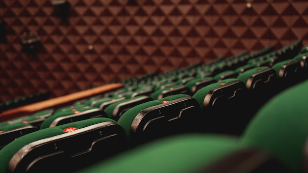 Vintage bioscoop bioscoopfilms publiek retro zitplaatsen, groen en bruin, niemand